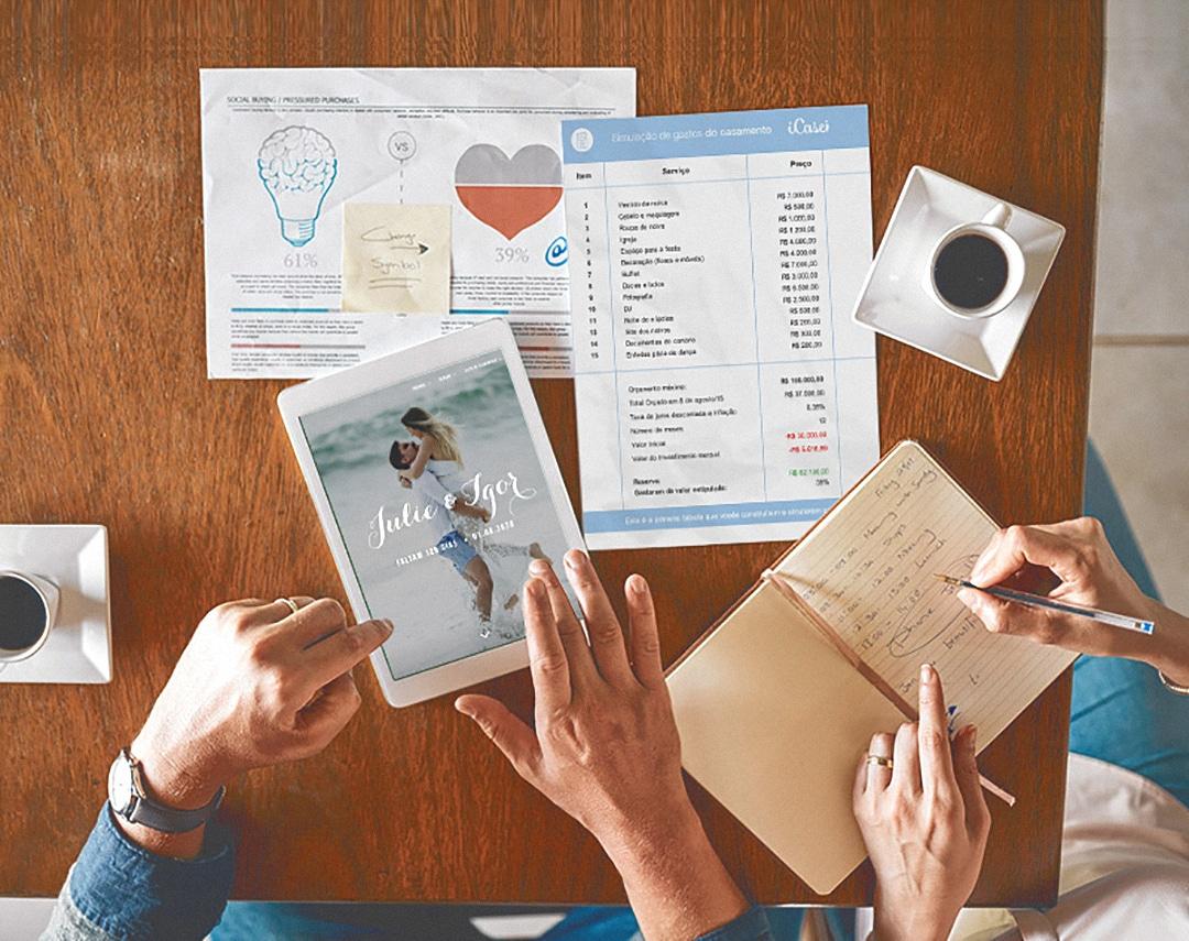Check list de casamento - Imagem traz mesa com papéis e o organizador financeiro do iCasei