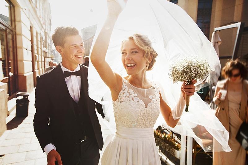 um homem e uma mulher celebrando a festa de casamento