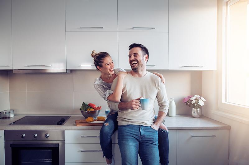 casal jovem entre um homem e uma mulher e romântico juntos na cozinha