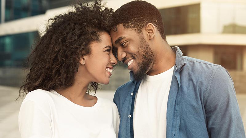 casal de homem e mulher se olhando carinhosamente
