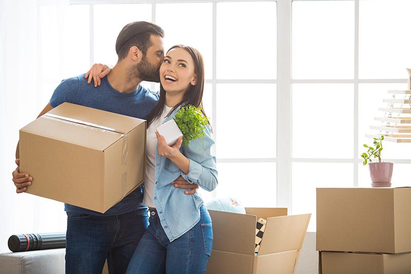 Casa jovem com caixas de mudanças